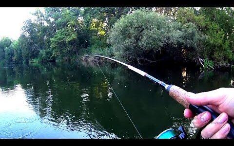 Уух, может подсак?!Рыбалка на спиннинг с лодки.